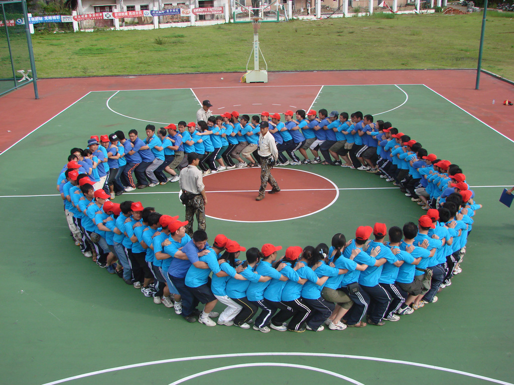 ,磨炼参训员工的毅力,启发团队合作精神,使新员工感受到优秀单位文化的熏陶,并使员工在精彩的项目中体验现代化企业管理模式,感受高绩效团队凝炼过程,挖掘与提升个人潜能,实现团队与个人共同成长的目的。 在训练中,所有学员被分成4个队,并自行设计了各自的队名、队旗、队歌,继而展开了一系列紧张激烈的角逐。队员们经受着来自生理极限,心理障碍、意志力、团队合作等诸多因素的挑战,在整个团队成员的相互协作和默契配合下,凭着众志成城的坚定信念,携手共进、同奔目标。队员们在空中单杠中战胜了内心的恐惧,在七巧板中体会到沟通和融入